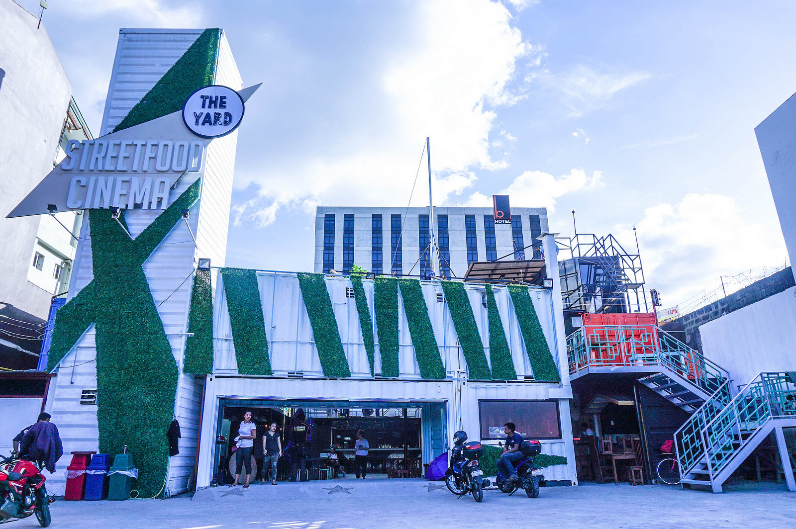 The Yard StreetFood Cinema in Tomas Morato